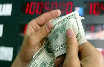 Vatandas doviz levhas?n?n onunde ABD Dolar? say?yor (29.07.2004/Mehmet Demirci)