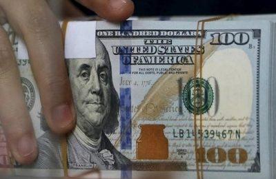Сотрудник пункта обмена валюты держи в руках рублевые купюры в Джакарте 8 октября 2015 года. Доллар оказался стабилен в понедельник, отыграв немного после обнародования данных о занятости в США в конце прошлой недели, которые создали дополнительные предпосылки для повышения ставки ФРС. REUTERS/Beawiharta
